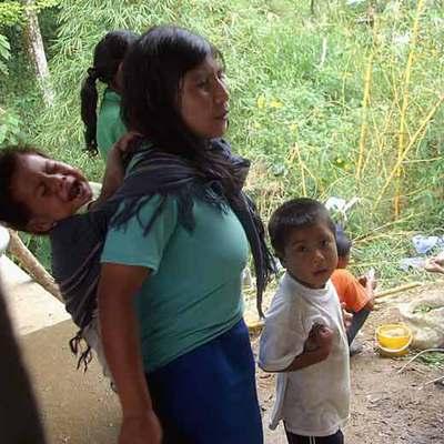 Indígenas de la comunidad awa que han sido obligados a dejar sus tierras.