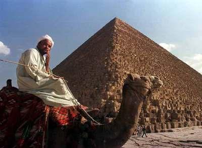 La gran pirámide de Keops, en la zona de Giza, en las afueras de El Cairo.
