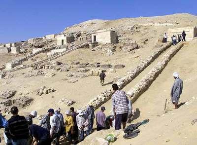 Trabajadores excavan en una tumba cuya antigüedad es de más de 4.500 años.