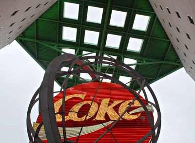 El logotipo de 'Coke' preside la fachada de la sede central de Coca-Cola en Atlanta.