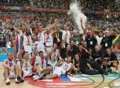 Los jugadores rusos festejan su victoria en la cancha.