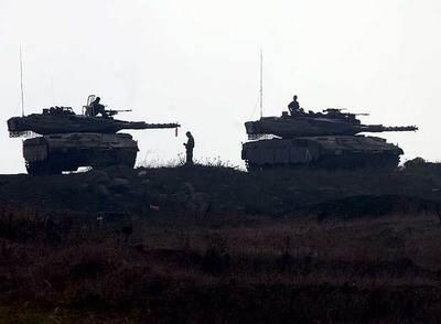 Soldados israelíes vigilan desde carros de combate en los altos del Golán, cerca de la frontera con Siria.