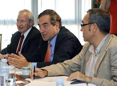 Miquel Valls, Juan Rosell y Joan Coscubiela, de izquiera a derecha, ayer en la reunión en Economía.