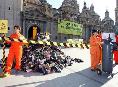 Activistas de Greenpeace, el pasado martes, ante la basílica de El Pilar de Zaragoza.