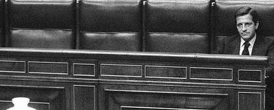 Suárez, solo en el banco azul (reservado al Gobierno) del Congreso de los Diputados, el 25 de septiembre de 1979.