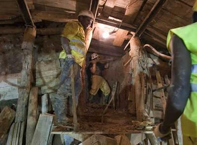Un obrero excava el túnel, a 30 metros del término municipal de Barcelona.