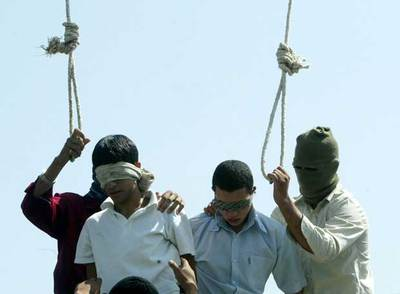 Mahmud Asgari (izquierda) y Ayaz Marhoni, acusados de  violar a un niño de 13 años, son ahorcados en la ciudad iraní de Mashad en julio de 2005.