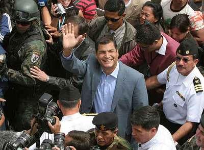 El presidente de Ecuador, Rafael Correa, saluda a sus seguidores tras votar ayer en Quito.