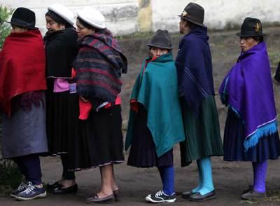 Unas mujeres hacen fila para votar en Pilahuin, en el centro de Ecuador.