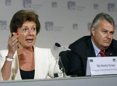 La comisaria europea Neelie Kroes, junto al presidente de E.ON, Wulf Bernotat, ayer en Madrid.