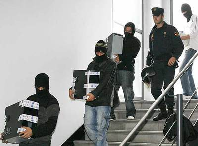 Agentes de la policía retiran ordenadores de la sede donostiarra del Partido Comunista de las Tierras Vascas, el viernes por la mañana.
