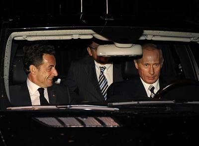 Putin conduce su coche, un Mercedes ML, acompañado del presidente francés, Nicolas Sarkozy, en su  dacha  de Novo-Ogarievo, cerca de Moscú.