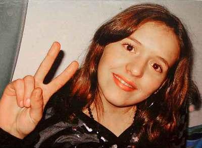 Arigona Zogaj, de 15 años, hace el signo de la victoria en un lugar de Austria.
