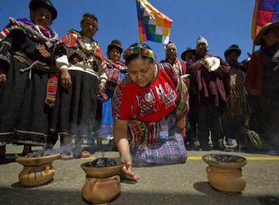 Rigoberta Menchú participa en un ritual durante la cumbre mundial indígena que se celebra en Bolivia.