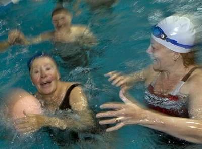 Un grupo de jubilados juega a la pelota en una piscina en Barcelona.
