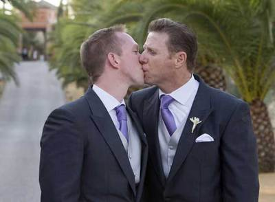 Jorge y Ken se besan tras su boda en Sanlúcar la Mayor.