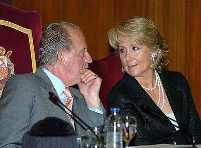 Don Juan Carlos y la presidenta de la Comunidad de Madrid, Esperanza Aguirre, durante un acto público en junio del año pasado.