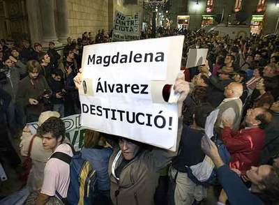 Concentración en la plaza Sant Jaume de Barcelona en protesta por el caos del servicio ferroviario.