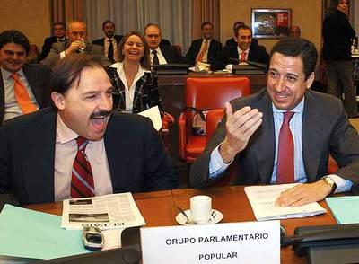 El dirigente del PP Vicente Martínez Pujalte (a la izquierda) y el portavoz del Grupo Parlamentario Popular, Eduardo Zaplana, en una de las sesiones de la comisión de investigación del 11-M.