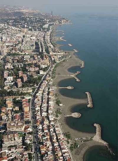 Costas derribará varias casas de pescadores y espigones en Málaga para proteger  la playa.
