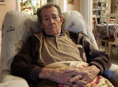 José Luis de Felipe descansa en el salón de la casa de su hija.