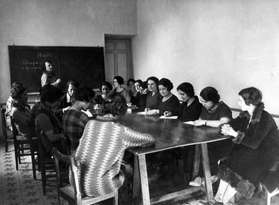 María de Maeztu dando clase en la Residencia de Señoritas.