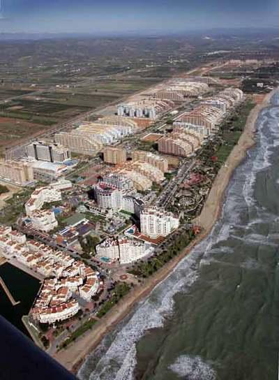 La gran urbanización Marina d'Or, en Oropesa del Mar. Medio Ambiente critica que sus edificios crean una barrera de cemento y planea limitar las recalificaciones y nuevas obras en ese tramo del litoral.