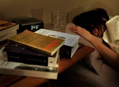 Una mujer intentando conciliar el sueño.