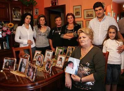 La madre de Antonia muestra junto a su familia el retrato del bebé cuya custodia han perdido.