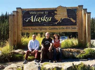 Juan José Lara, Eugenio Contreras y Belén Lara, en la frontera de Alaska con Canadá.