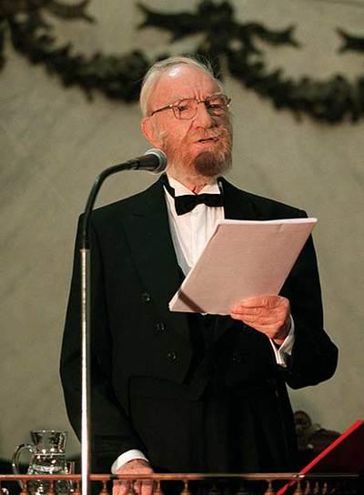 Fernán-Gómez, leyendo su discurso de ingreso en la RAE.