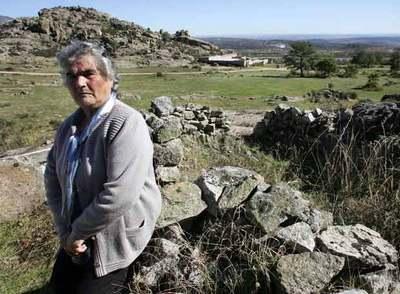 Milagros Montoya, en los restos de la chabola en la que vivió mientras su padre estuvo preso.
