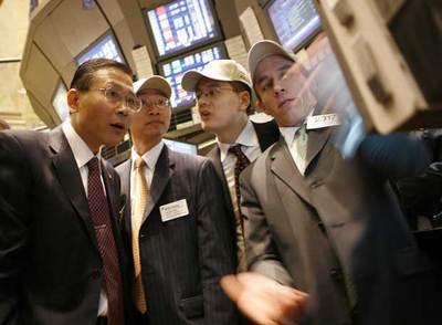 Un grupo de directivos de una compañía inmobiliaria china sigue la sesión en Wall Street.