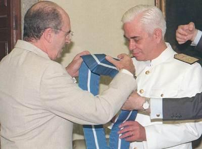 Juan Antonio Martínez-Esparza es condecorado por Abel Matutes.