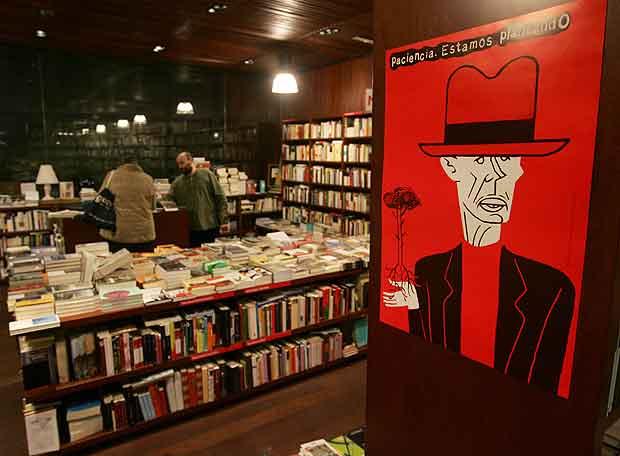 Interior de la librer a la central del museo reina sof a - Libreria hispanoamericana barcelona ...