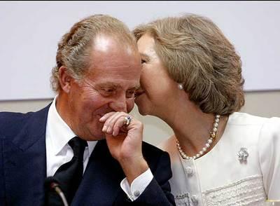La reina Sofía hace una confidencia al rey Juan Carlos en noviembre de 2000.