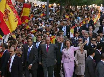 Los reyes de España saludan a la multitud que salió a la calle en Ceuta durante la visita que realizaron el 5 de noviembre.