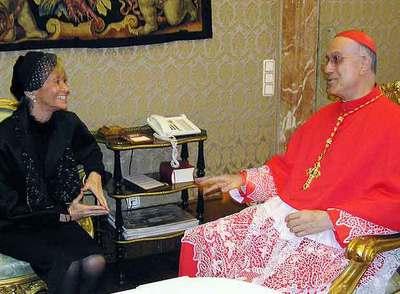 La vicepresidenta Fernández de la Vega, con el secretario de Estado del Vaticano, el cardenal Tarcisio Bertone, el 24 de noviembre pasado.
