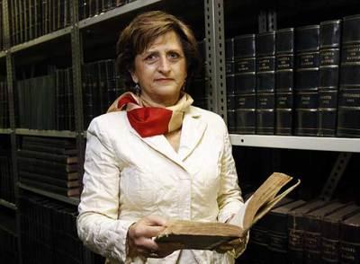 Carmen Gomis, directora general del  Boletín Oficial del Estado,  en los archivos de la imprenta.