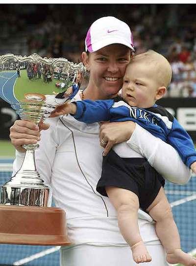 Davenport, con el trofeo de Auckland y su hijo en brazos.