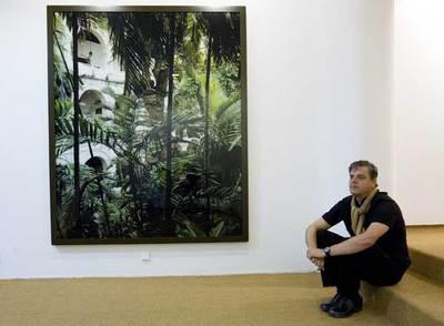 Caio Reisewitz, en la galería barcelonesa que expone sus fotografías.