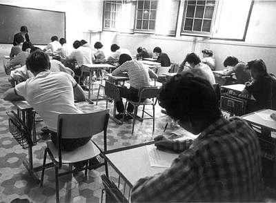 Estudiantes de BUP del instituto Vall d'Hebron (Barcelona), en 1983.