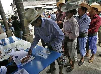 Un grupo de guatemaltecos acude a votar en las elecciones presidenciales del pasado noviembre en Santiago Atitlán, al oeste del país.