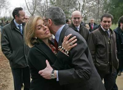 Alberto Ruiz-Gallardón y Ana Botella se saludan a su llegada a la inauguración de la tercera fase de la 'cuña verde' de O'Donnell.