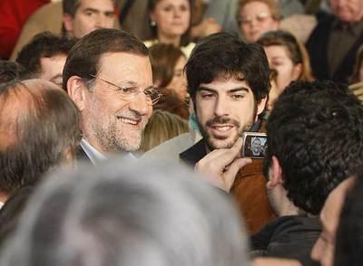Mariano Rajoy se fotografía con un simpatizante durante el acto de presentación de candidatos, ayer en Valladolid.
