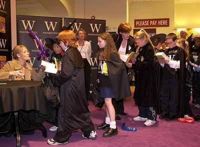 La escritora británica, durante una sesión de firma de libros en una librería de Edimburgo.