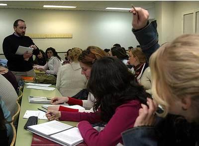 Clase con mayoría de alumnas en la Facultad de Pedagogía de Málaga.