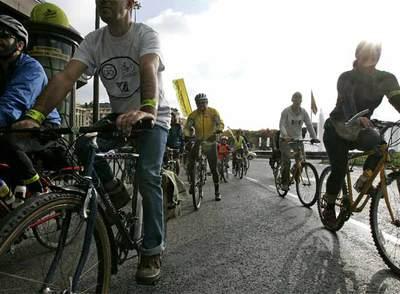 Manifestación de ciclistas en el centro de Madrid en octubre de 2007.