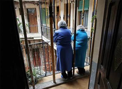 Vecinas de la corrala madrileña de la calle del Ventorrillo, víctimas de  mobbing  desde hace 11 meses.