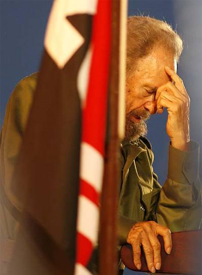 Fidel Castro hace un gesto de cansancio en un acto con estudiantes en Pedernales en julio de 2006.